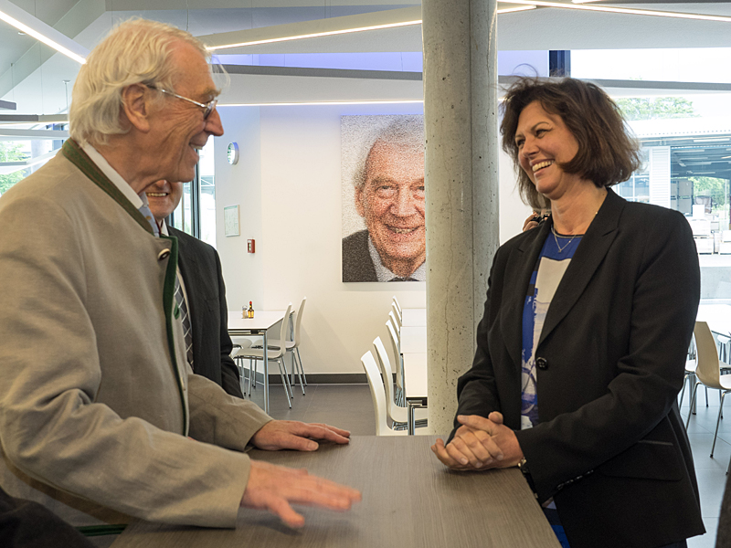 Heinz Bauer tells State Minister Aigner about his life spent in the service of his company